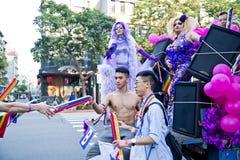 肌肉人给了气球台北LGBTQIA自豪感的人,台湾 2017年10月28日 免版税库存图片