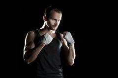 肌肉人,栓在他的手上的有弹性绷带 库存图片