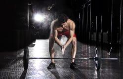 肌肉在杠铃worko前的运动员拍的手特写镜头  库存照片