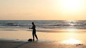 肌肉在海滩的人转动的杆 影视素材