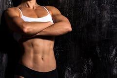 肌肉女性躯干佩带的健身衣物 免版税库存照片