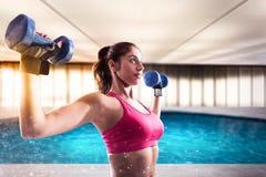 肌肉妇女训练与重量哑铃 库存图片