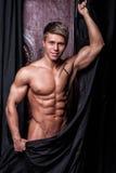 肌肉性感的年轻赤裸运动员 免版税库存照片