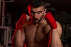 肌肉拳击手MUTTAHIDA MAJLIS-E-AMAL战斗机实践他的技能 免版税图库摄影