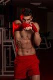 肌肉拳击手MUTTAHIDA MAJLIS-E-AMAL战斗机实践他的技能 图库摄影