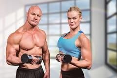 肌肉男人和妇女举的哑铃画象的综合图象  库存图片