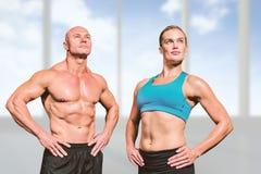肌肉男人和妇女的综合图象用手在臀部 免版税库存图片
