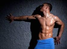 肌肉的人弄湿了 库存照片