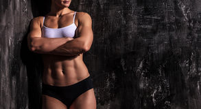 肌肉的妇女 免版税库存图片