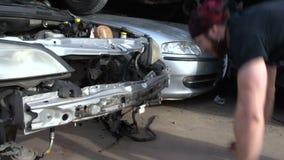 肌肉训练跳跃在一个被毁坏的汽车前景慢动作FDV增加 影视素材