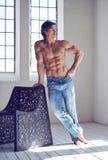 肌肉赤裸上身的人的充分的身体图象 免版税图库摄影