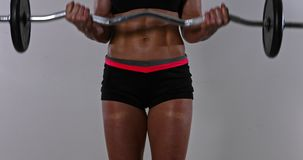 肌肉运动员妇女训练在crossfit健身房或家 股票视频