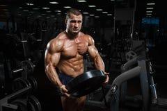 肌肉运动爱好健美者健身式样摆在锻炼以后 免版税库存照片