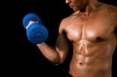 肌肉运动的人举的重量 免版税库存照片