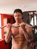 肌肉年轻人执行的杠铃蹲,一个腿的最佳的体型锻炼 免版税库存照片