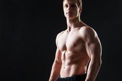 肌肉年轻人显示不同的运动 免版税库存照片