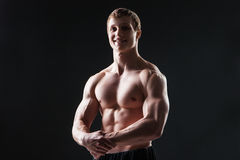 肌肉年轻人显示不同的运动 库存照片