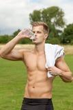 肌肉年轻人饮用水 库存图片