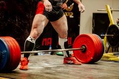 肌肉powerlifter为锻炼deadlift做准备 免版税库存图片
