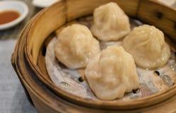 肖在小竹通入蒸汽的中国馒头的篮子、类型充满龙虾,蟹肉和汤里面的长的Pao 免版税图库摄影