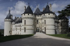肖蒙Castel frontview 在城堡chenonceau法国卢瓦尔河薄雾全景河谷视图冬天间 免版税库存图片