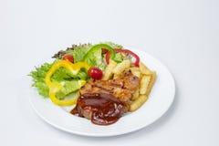 肘牛排用新鲜的沙拉和法语油煎的和BBQ 免版税库存照片
