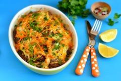 肝脏薄煎饼用葱和红萝卜在烘烤盘 免版税库存图片