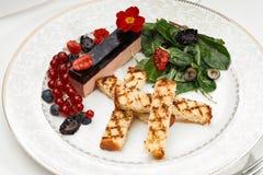 肝脏鹅肝用油煎方型小面包片和莓果 库存图片