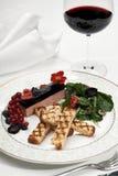 肝脏鹅肝用油煎方型小面包片和莓果 免版税库存图片