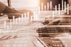 股市或外汇贸易的图表和烛台绘制适用于图表金融投资概念 经济趋向背景为 库存图片