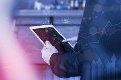 股市显示利润图表用指向背景的手 抽象储蓄数据概念 储蓄财政统计 免版税库存图片