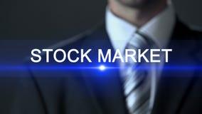股市,按在屏幕,交换上的男性佩带的正式衣服按钮 股票录像