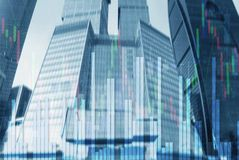 股票市场图表和酒吧烛台图在未来派城市背景 免版税库存照片