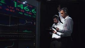 股票经纪人在活饲料前面的团队负责人 免版税库存图片