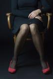肢体语言-坐的妇女 免版税库存照片