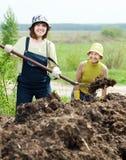 肥料妇女工作 免版税库存图片