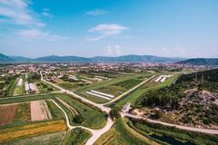 肥沃土地和庄稼鸟瞰图在南克罗地亚 免版税库存照片