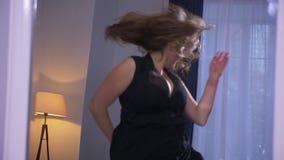肥满性感的俏丽的白种人特写镜头射击女性与跳舞和招待的大乳房户内在舒适 影视素材