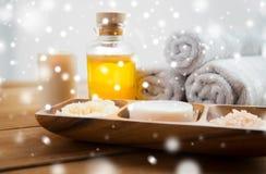 肥皂、喜马拉雅盐、按摩油和身体洗刷 图库摄影