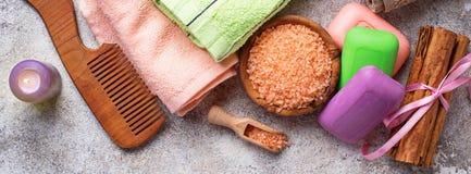 肥皂、海盐和毛巾 库存图片