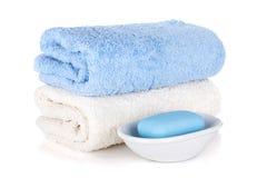 肥皂和二块毛巾 库存图片