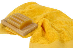 肥皂和在白色背景隔绝的一块黄色毛巾 库存图片