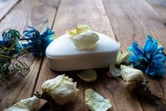 肥皂和白色玫瑰和紫罗兰在木背景 图库摄影