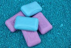 肥皂堆红色和蓝色在浅绿色沙子 免版税库存图片