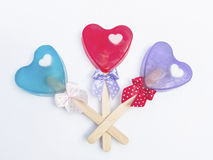 肥皂心脏形状用棍子和丝带。 库存图片