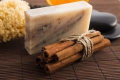 肥皂用桂香和桔子 免版税库存图片