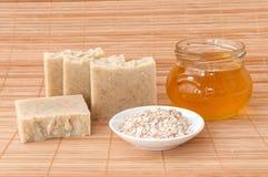 肥皂用燕麦粥和蜂蜜 免版税库存照片
