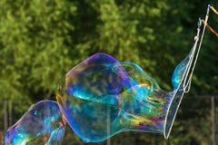 从肥皂的泡影鞭子的巨大的泡影形式 库存图片