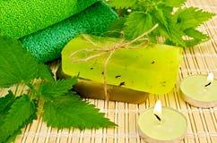 肥皂绿色自创用荨麻和蜡烛 免版税库存照片