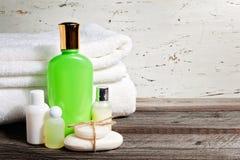 肥皂酒吧和液体 香波,阵雨胶凝体,化妆水 毛巾 温泉成套工具 库存图片